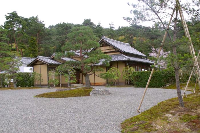 entrando no parque ao redor do Kinkakuji, Kyoto Japão