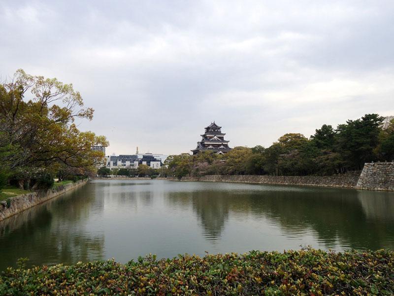 Castelo de Hiroshima visto de longe
