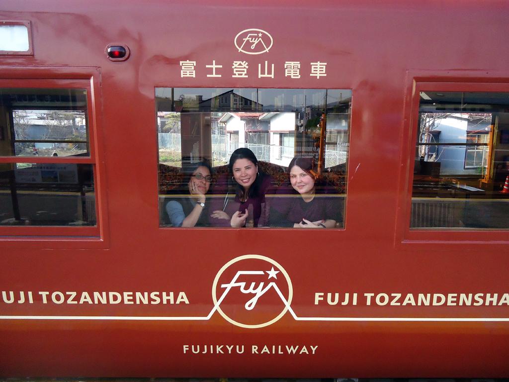 Nadia, Sill e Erika no trem turistico para Kawaguchiko