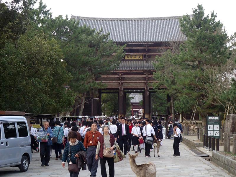 Muita gente entrando e saindo do templo Portão de Nandaimon