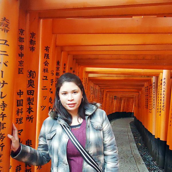 Erika no Caminho de torii do santuário fushimi inari