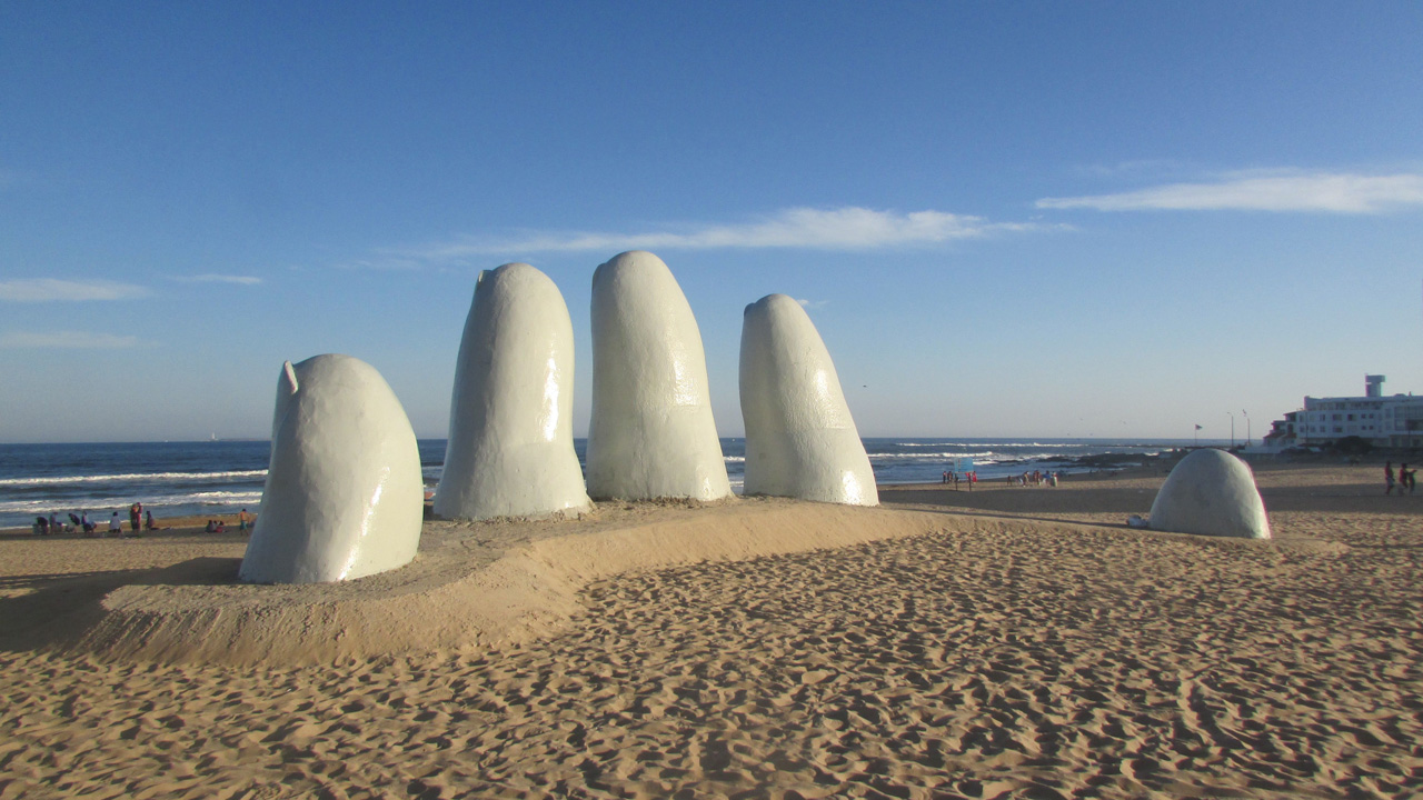Escultura Los Dedos imperdível na playa Brava