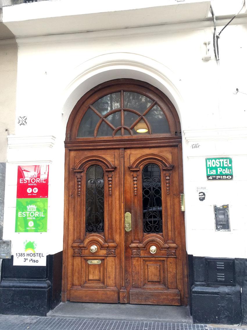 Porta de entrada do edificio onde estava hospedada