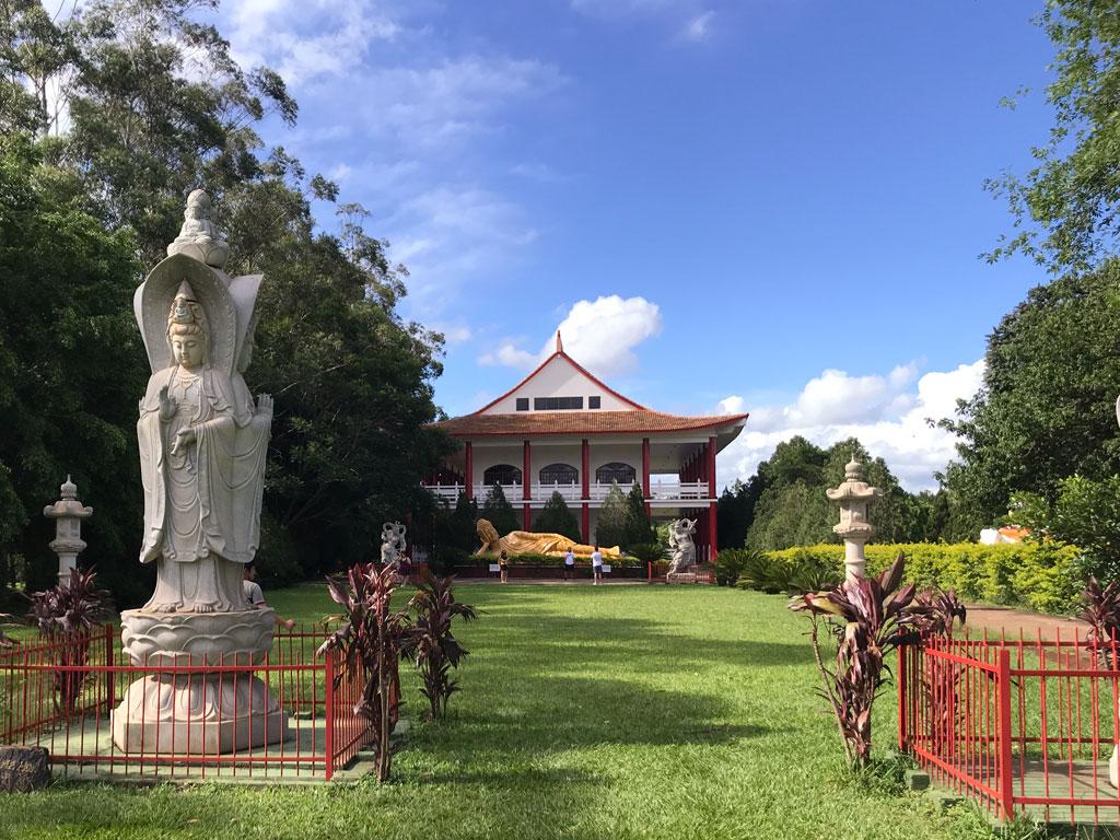 Jardim inteiro a frente do templo